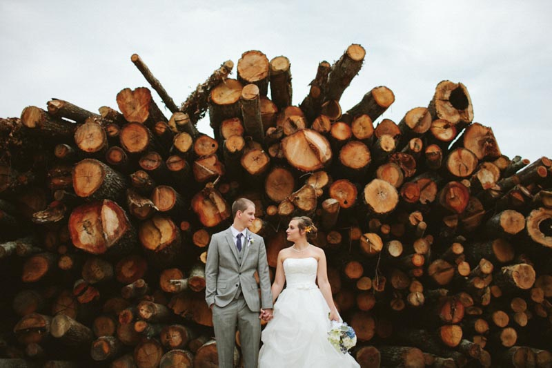 rustic wood backdrop bride and groom